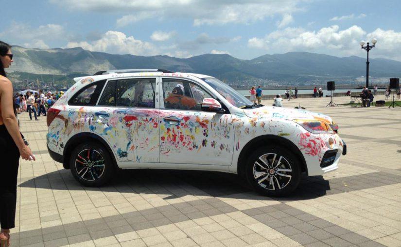 На новороссийской набережной рисовали руками на легковых автомобилях.
