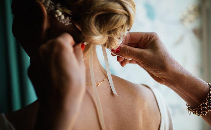 В новороссийских салонах красоты прическа и макияж для выпускниц стоят в среднем 5 тысяч рублей