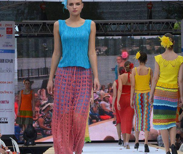 Новороссийский модельер Наталья Белякова на фестивале моды была заметна  в вязаной юбке