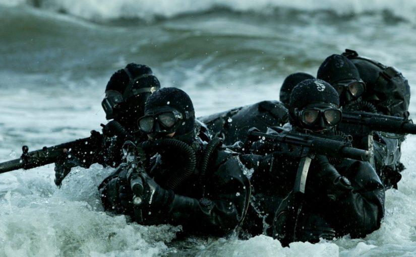 Боевые пловцы в Новороссийске под водой стреляют и дерутся врукопашную