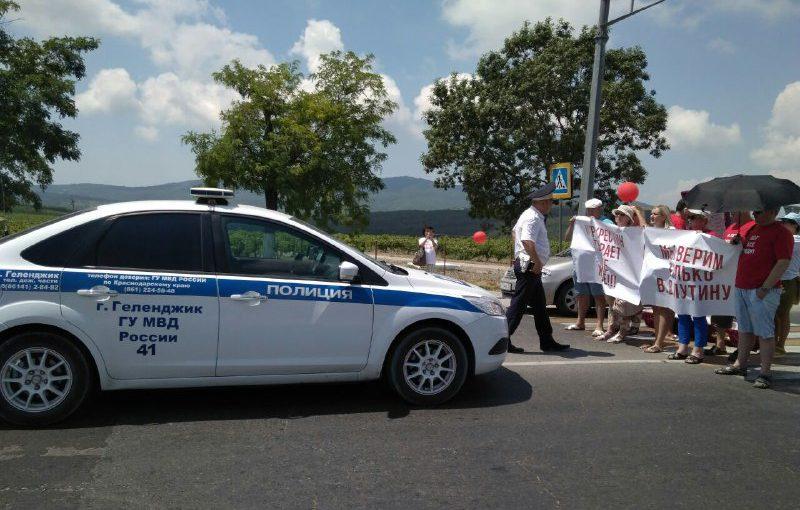 Задержали активистов, перекрывших гробами трассу между Новороссийском и Геленджиком
