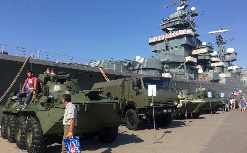 На выставке военной техники новороссийцам показали шесть боевых машин