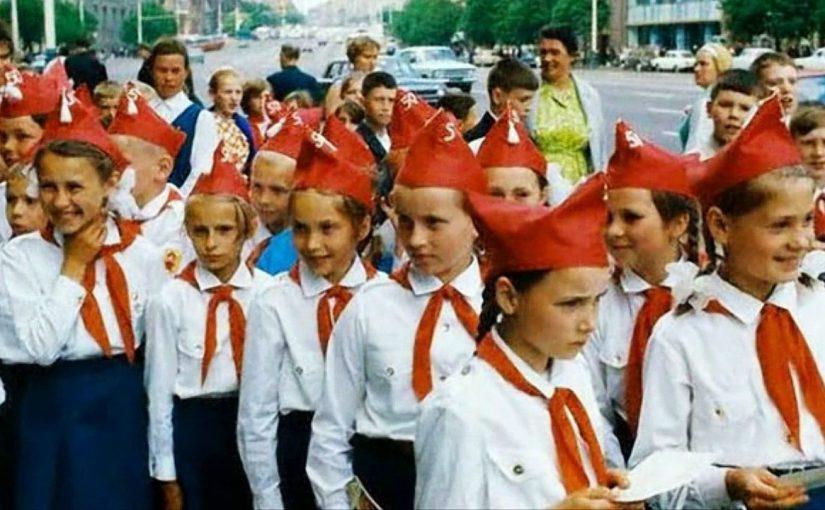 Новороссийцам предлагают советские  весы,  пионерский галстук и контрацептивы