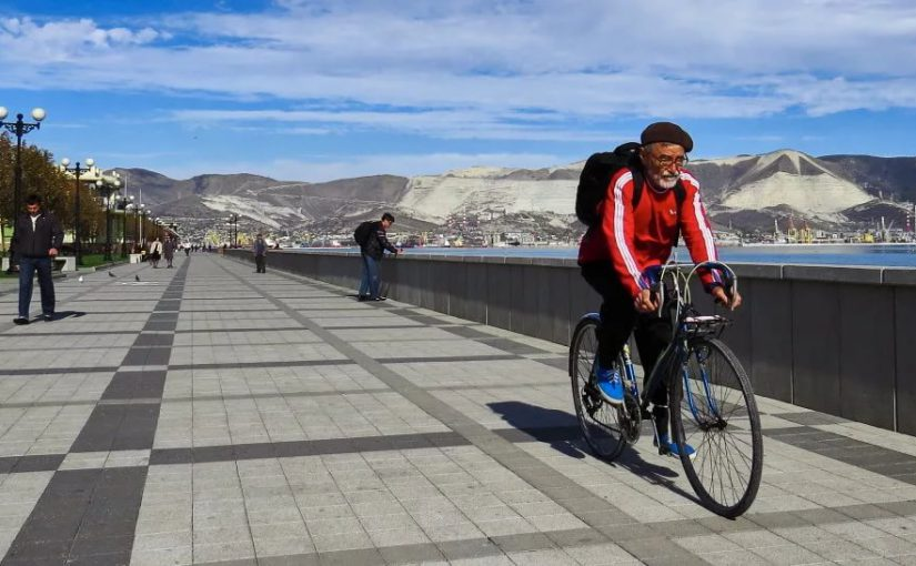 Новороссийским велосипедистам разрешили гонять ночью по Набережной
