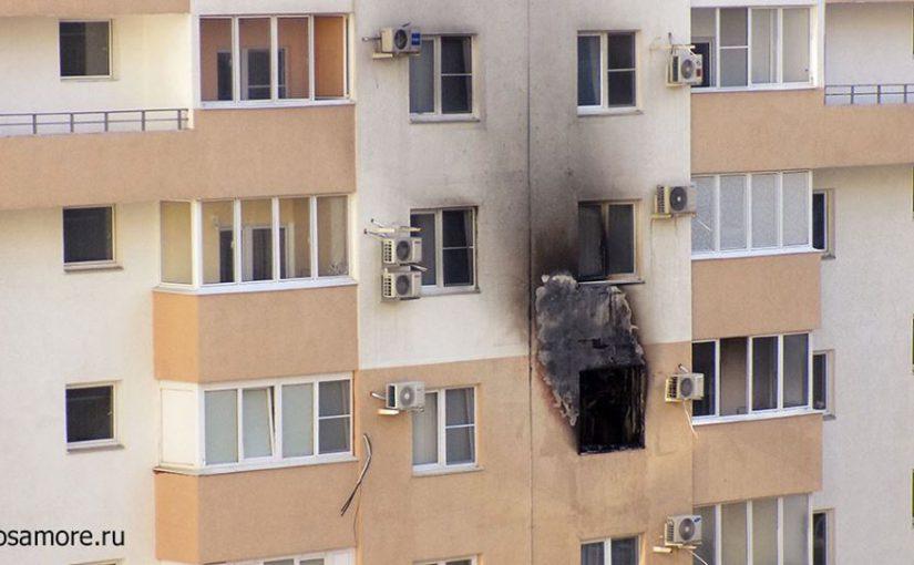 Пожарная машина не сумела близко подъехать к горящей многоэтажке из-за частных автомобилей