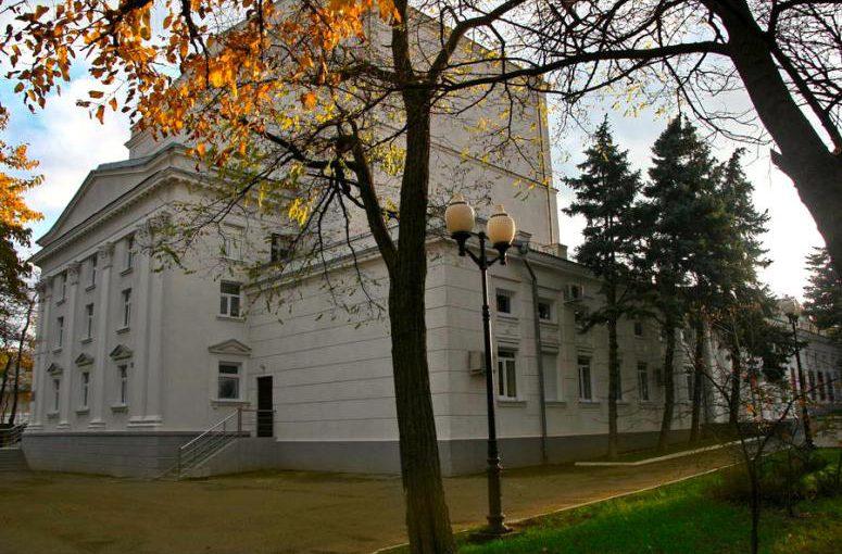 Директору новороссийского театра Нилову предложили взыскать с должников за билеты