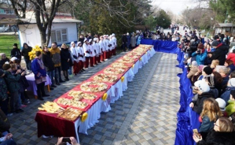 Первокурсники педколледжа выложили слово «Новороссийск» из 5 тысяч блинов