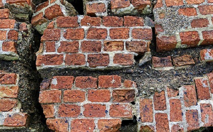 Жильцы хотят разрушить и построить стену, а новороссийский депутат – отремонтировать