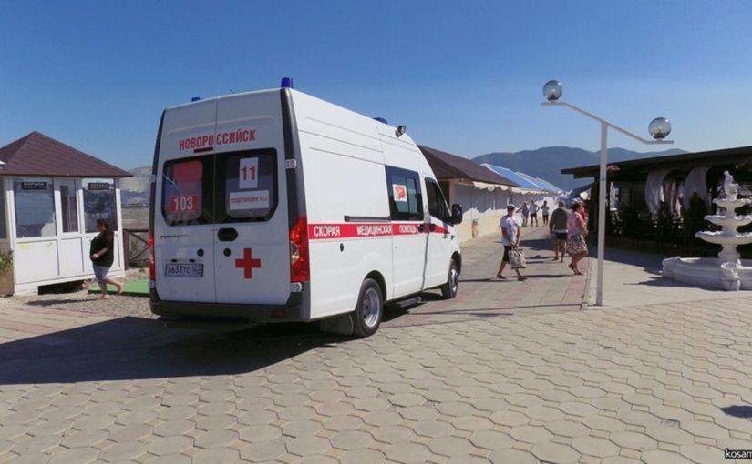 В Новороссийске на отдыхающих ветром опрокинуло пляжные зонтики