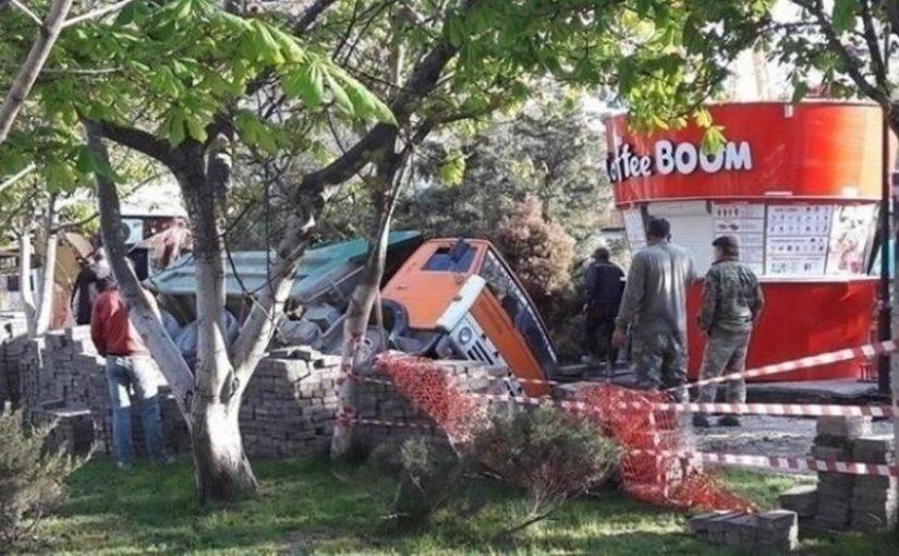 В Новороссийске в центре города грузовик упал в траншею