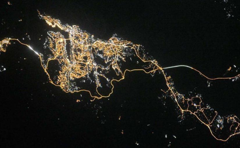 В серии ночных космических фотографий Роскосмос предлагает найти снимок Новороссийска
