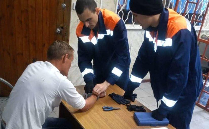 В Новороссийске полицейские не смогли расстегнуть наручники