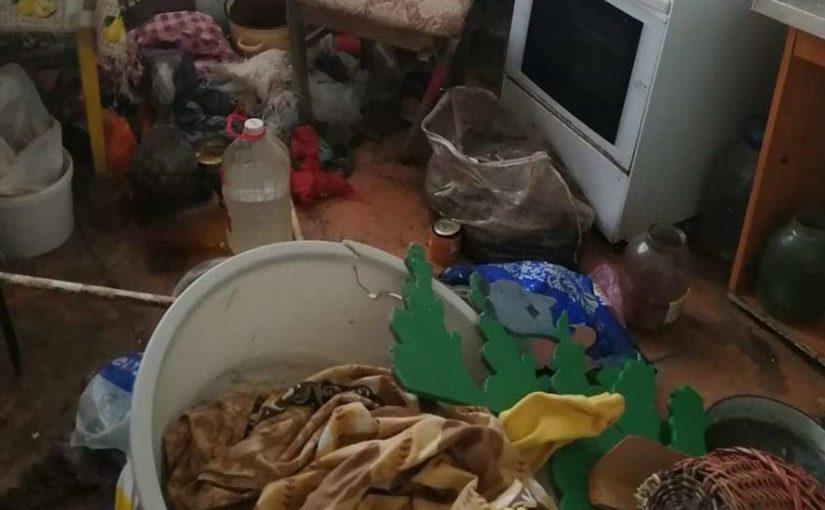 В новороссийской квартире было так много мусора, что пахло трупом