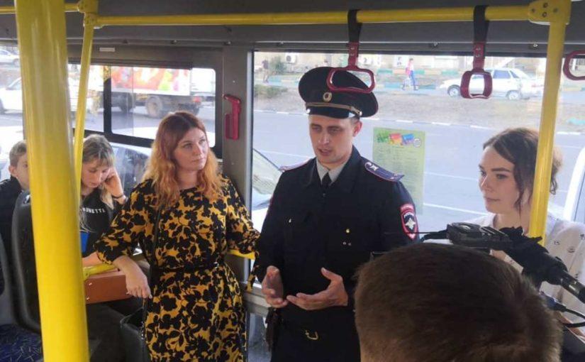 Актеры в троллейбусах Новороссийска сыграли роль мошенников (видео)