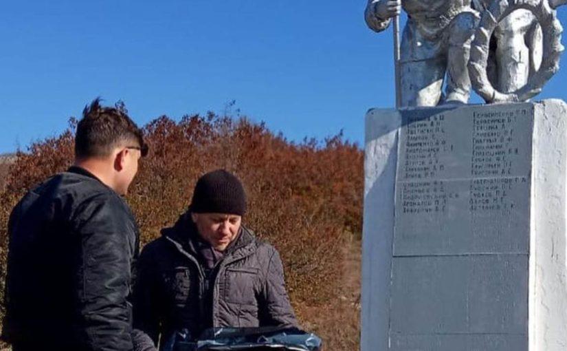 В Новороссийске добровольцы навели порядок возле братской могилы у ДЗОТа «Сарайчик»