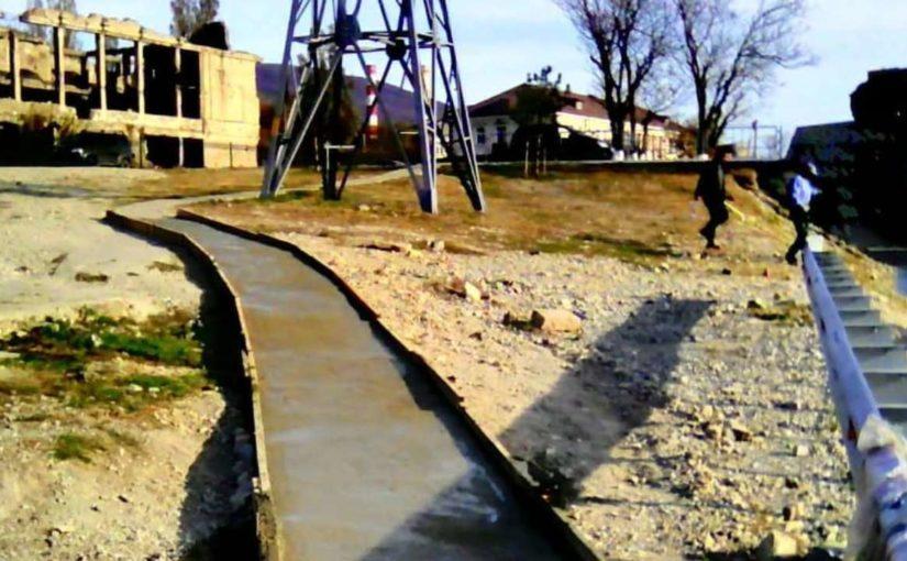 К памятнику «Дворец культуры цементников» в Новороссийске проложили бетонный тротуар