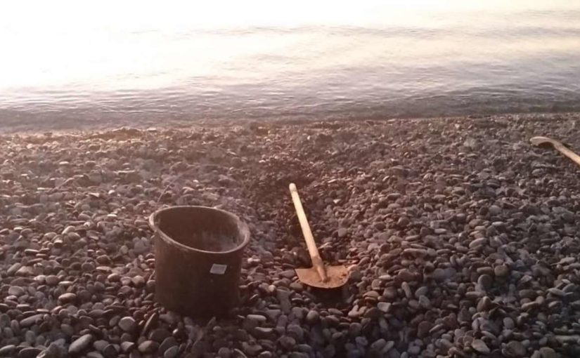 Многодетная семья в Новороссийске начала вручную рыть проран для Суджукской лагуны