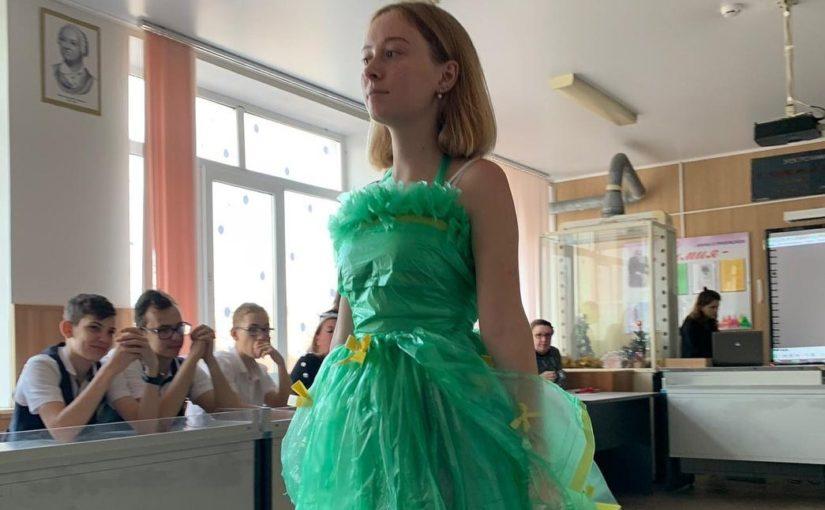 Школьницам Новороссийска понравилось одеваться в мусорные мешки (видео)