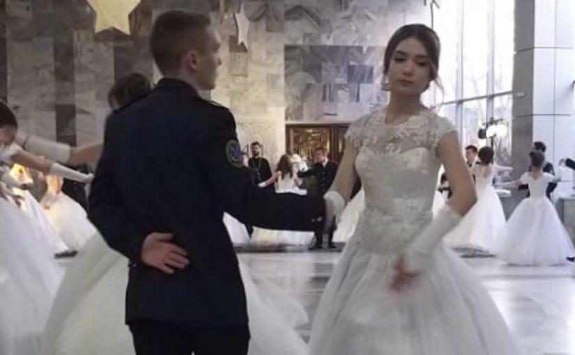 В Новороссийске студенты танцевали на Сретенском балу (видео)