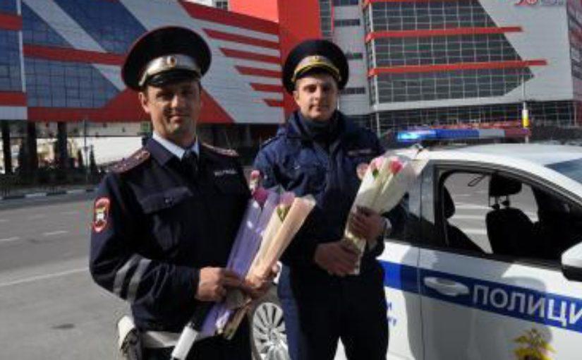 В Новороссийске сотрудники ГИБДД останавливали автоледи, чтобы вручить цветы