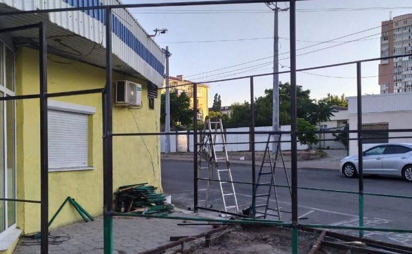 В кафе Новороссийска демонтировали незаконную летнюю площадку, чтобы опять ее установить