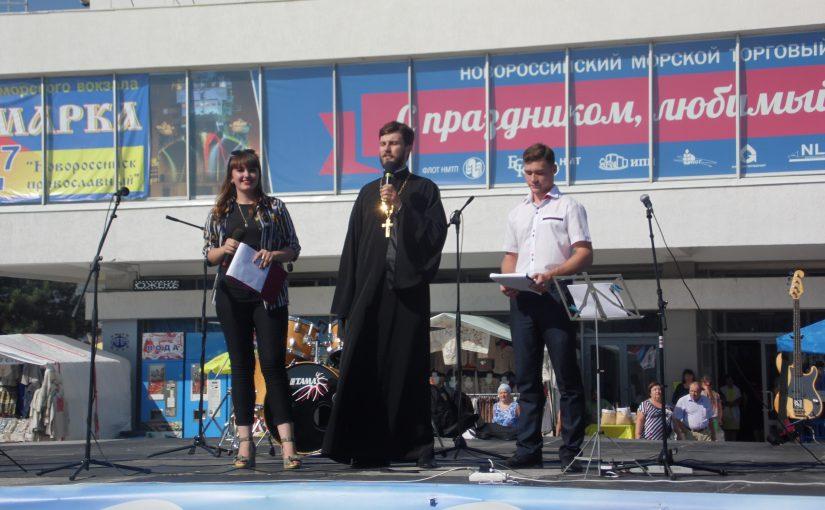 С Днем молодежи новороссийцев поздравили чиновник и священник