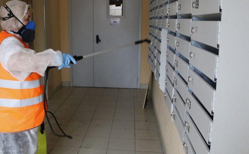 Подъезды в Новороссийске снова будут обрабатывать хлоркой — из-за того, что заболевших коронавирусом не становится меньше