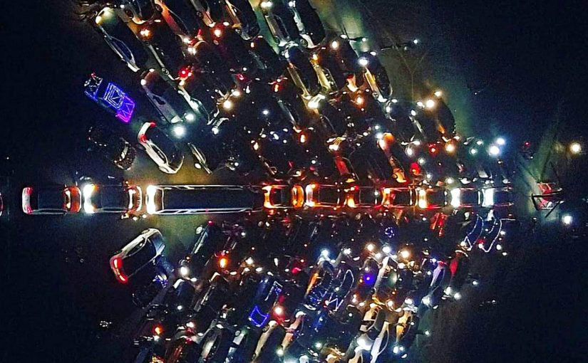 На аэродроме под Краснодаром собрали елку из машин, мотоциклов и вертолета