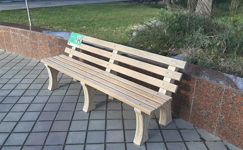 Новороссийцам предложили посидеть на скамейке из пластика и песка