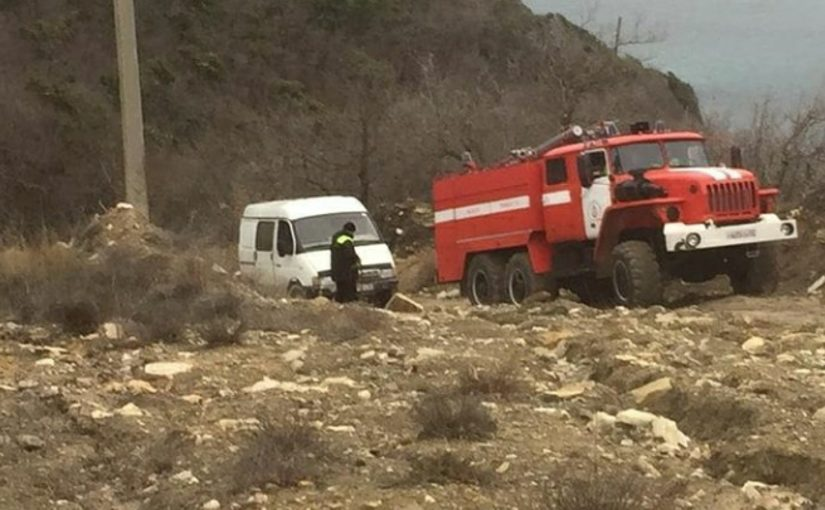 В Новороссийске спасатели и пожарные выручали автомобилиста, пострадавшего от навигатора