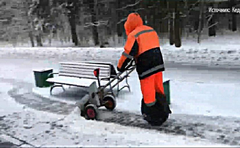 В Новороссийске еще не додумались до «снегоуборочного» самоката (видео)