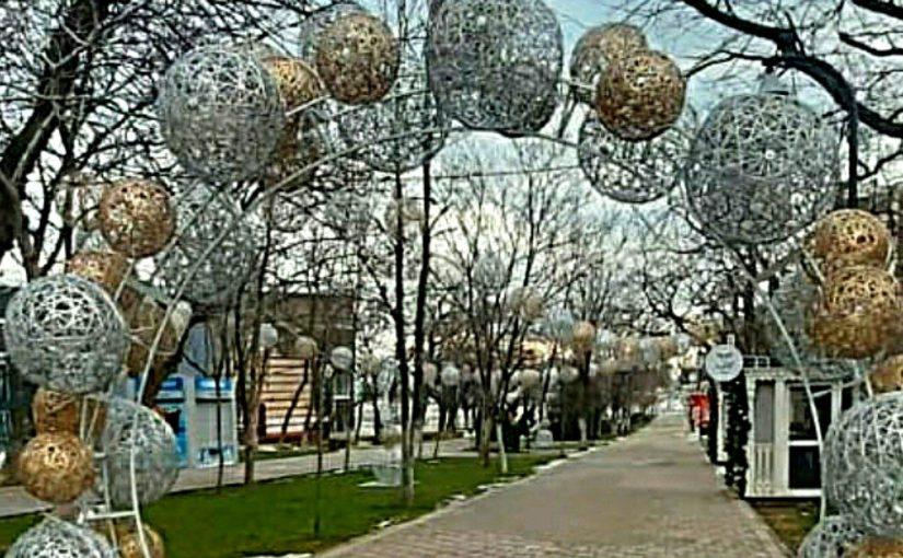 Новогодние игрушки и гирлянды с новороссийских улиц уберут в начале февраля и отправят на хранение