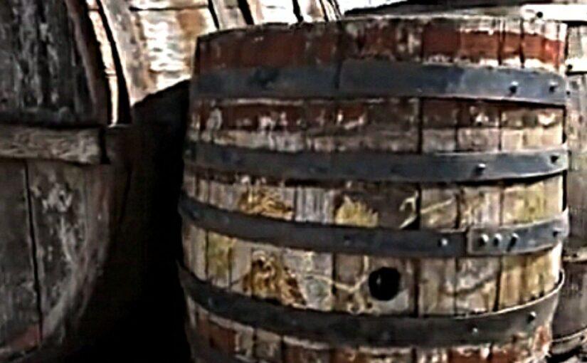 В Геленджике при сносе ветхого здания нашли вековые винные бочки