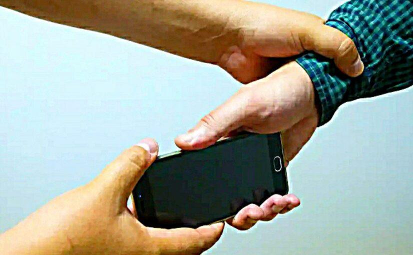 В Новороссийске пассажир силой забрал телефон у таксиста