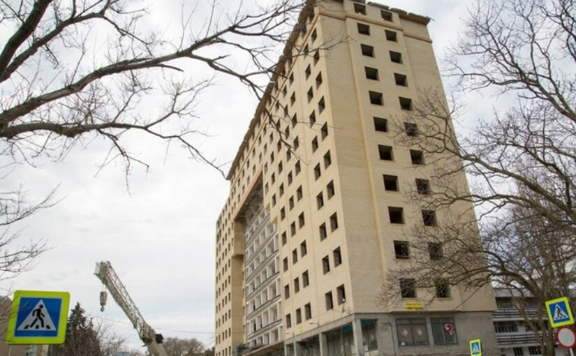 В Анапе снесли незаконный 12-этажный дом