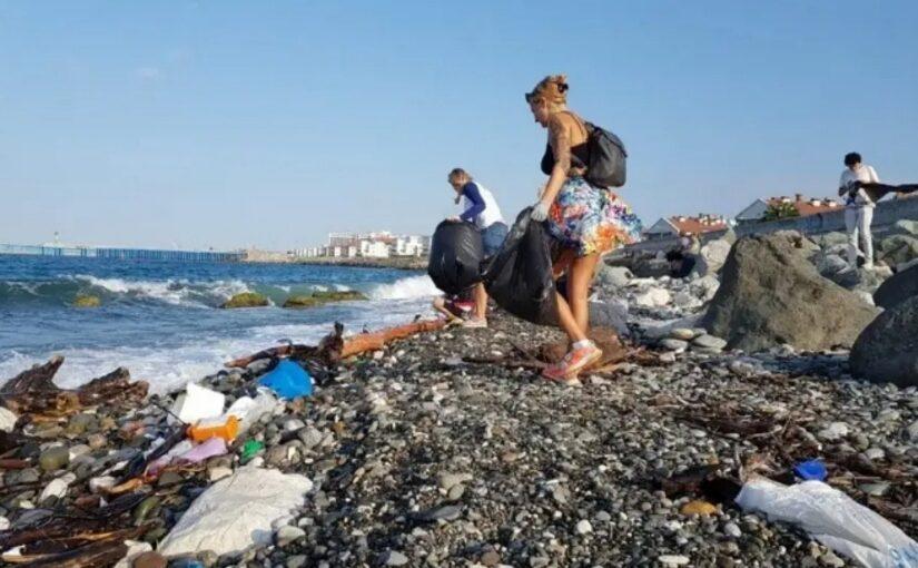 Замглавы Новороссийска предложил начать День России с уборки пляжа, а продолжить мороженым