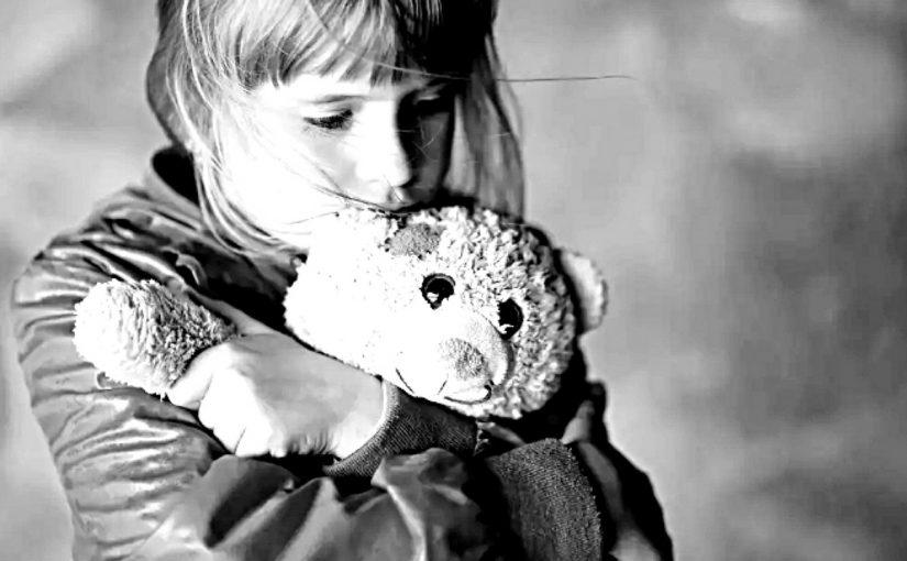 Молодая ухоженная дама пришла в администрацию Новороссийска и оставила двух дочек