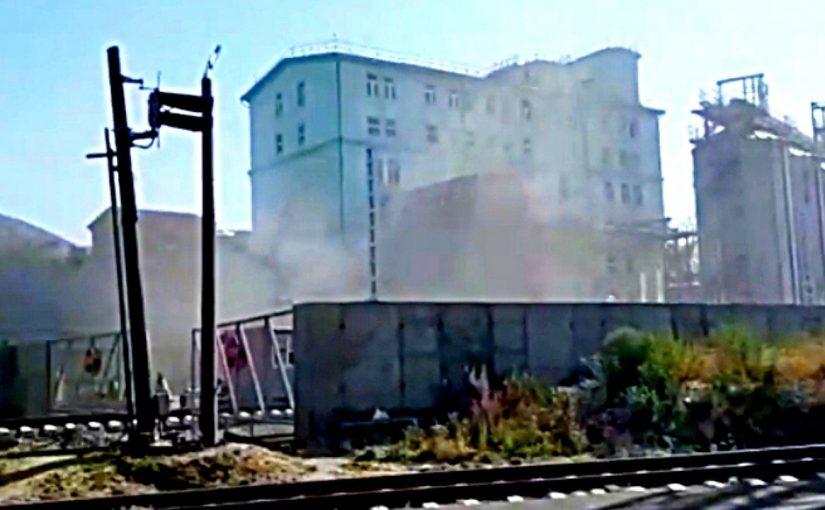 В Новороссийске элеватор выпускает клубы зерновой пыли