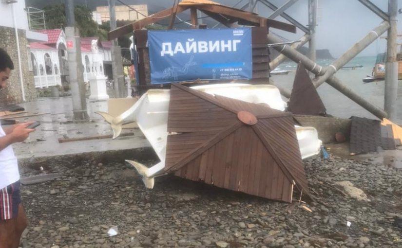 В Широкой балке отдыхающие делали опасное селфи на фоне смерча