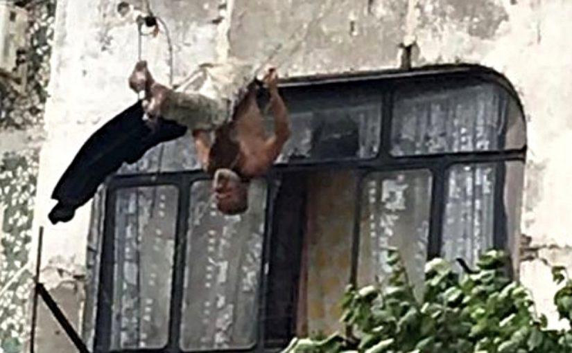 В Новороссийске мужчину, выпавшего с пятого этажа, спасли бельевые веревки